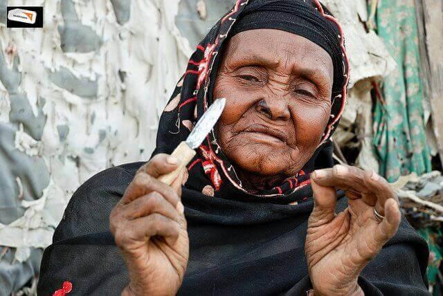 Kobieta z nożykiem