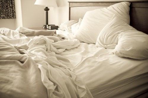Niezaścielone łóżko