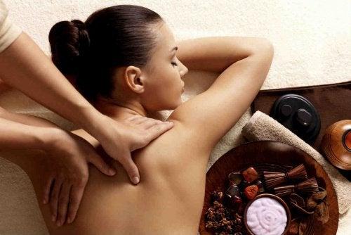 Masaż pleców kobiety