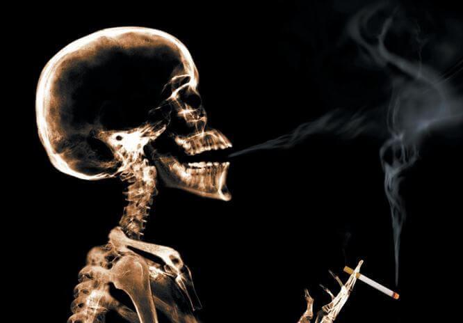 Szkielet pali papierosa