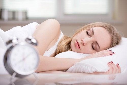 Śpiąca kobieta i budzik
