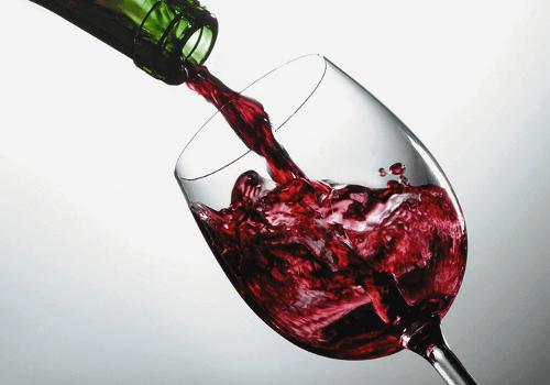 Czerwone wino wlewane do szklanki