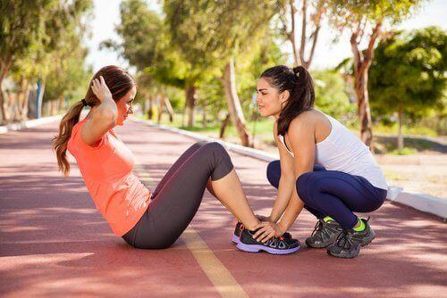 Dwie kobiety ćwiczą