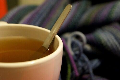 Kubek z herbatą i łyżeczką