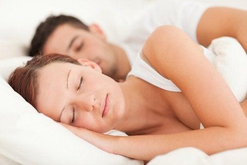Kobieta i mężczyzna śpią w łózku