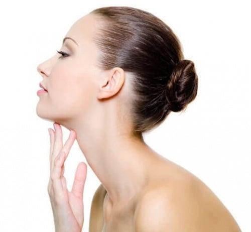 Kobieta masująca skórę podbródka