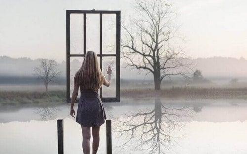 Kobieta przed oknem