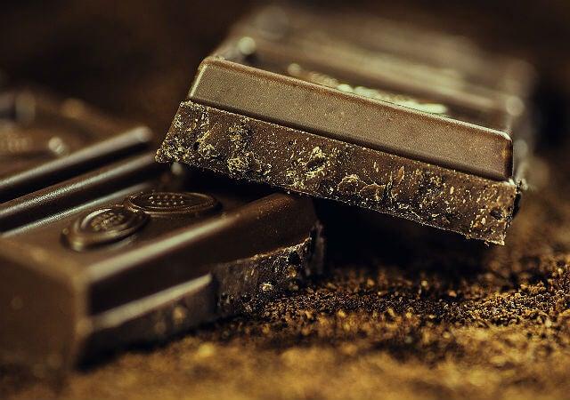 Kostka ciemnej czekolady
