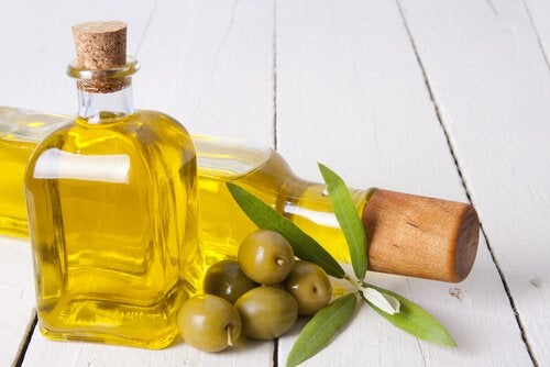 2 butelki oliwy z oliwek i garść oliwek