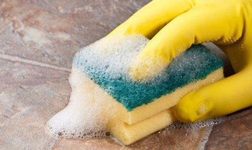 Sprzątanie w rękawiczkach gumowych