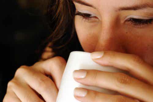 Szklanka gorącej wody na czczo: oto 7 korzyści