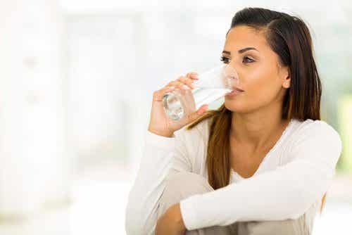 Poznaj 10 korzyści, jakie zaoferuje Ci szklanka wody na czczo!