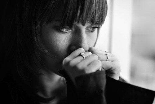 mentalne narzędzia - smutna kobieta siedząca w oknie