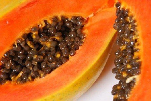 Przekrojona na pół papaja