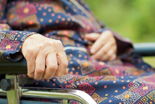 Chora osoba na wózku inwalidzkim