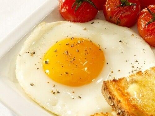 jajko sadzone, pomidorki i tost