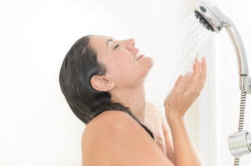 Kobieta bierze zimny prysznic