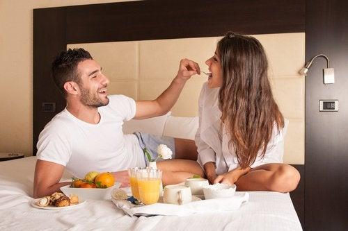 jedzenie w łóżku