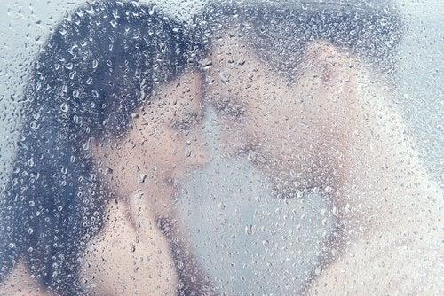 kobieta i mężczyzna pod prysznicem