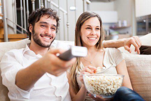 kobieta i mężczyzna oglądają tfilm
