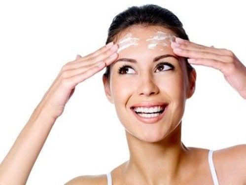 Kobieta nakłada filtr na twarz