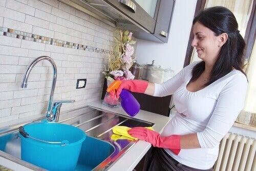 Kobieta sprzątająca kuchnię