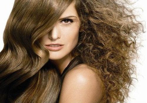 Puszące się włosy - naturalne sposoby