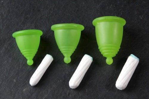Kubeczki menstruacyjne a tampony