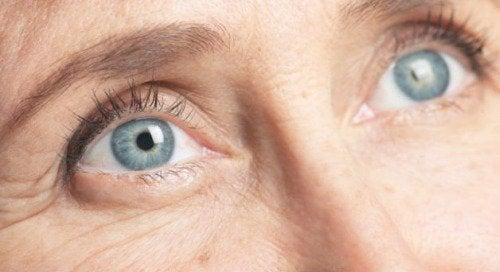 Pomarszczona skóra przy oczach