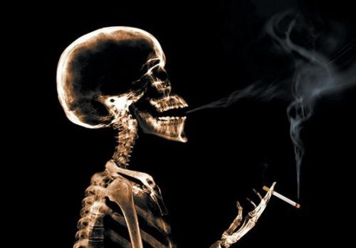 Ludzki szkielet palący papierosa