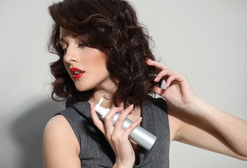Spray do włosów z silikonem hamuje porost włosów