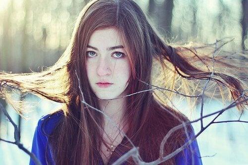 Włosy proste rozczesane