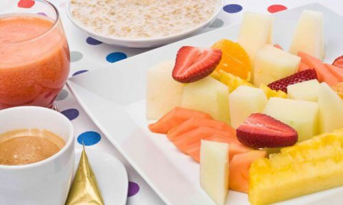 owoce i owsianka na śniadanie