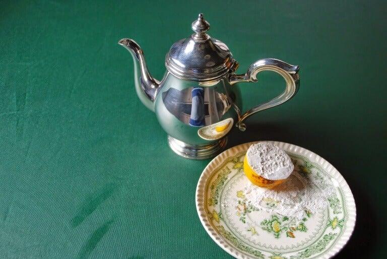 Srebrny czajniczek i połówka cytryny z solą