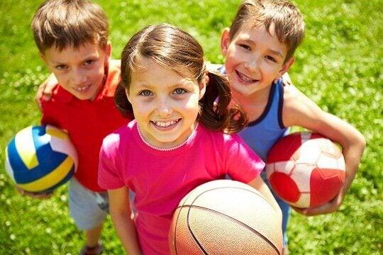 Dzieci z piłką