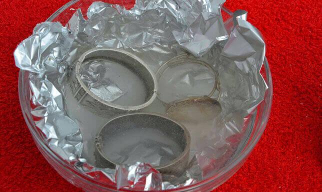 Czyszczenie srebrnych bransoletek z użyciem folii aluminiowej