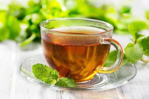 Herbata miętowa na ból głowy i żołądka