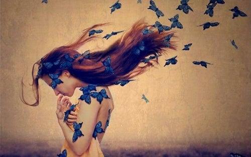Kobieta i niebieskie motyle