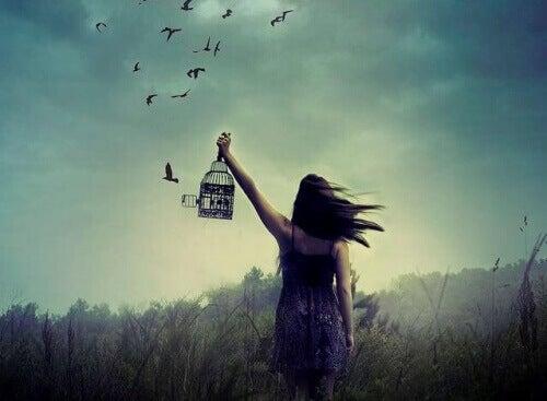Kobieta uwalniająca ptaki