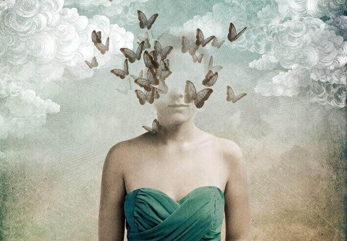 Kobieta z motylami w głowie