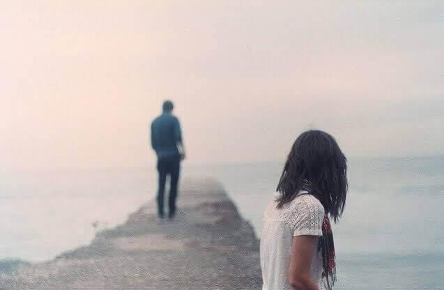 Mężczyzna opuszcza kobietę