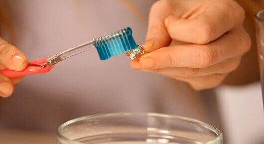 Czyszczenie pierścionka pastą do zębów