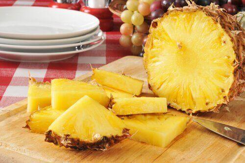 Ananas pokrojony w kawałki