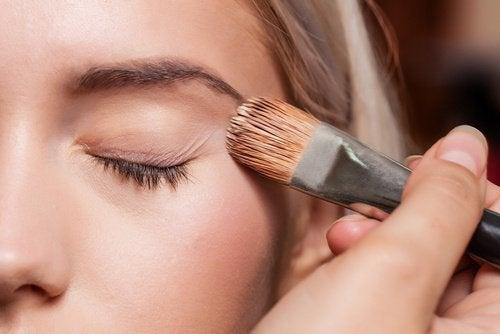 Kobieta i makijaż oczu