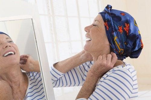 Walcząca z rakiem kobieta