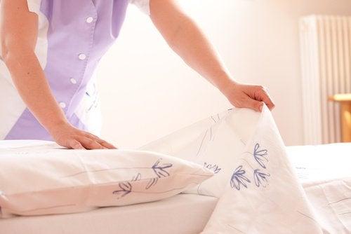 sypialnia - ścielenie łóżka
