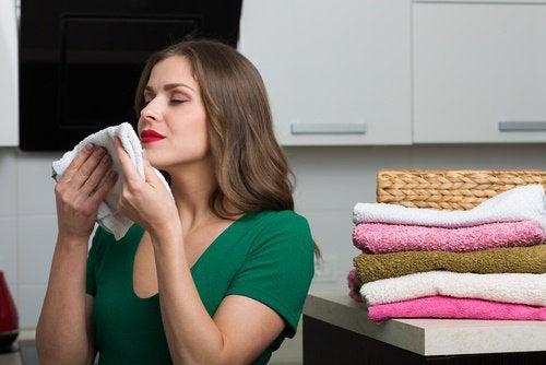 Kobieta wąchająca ręczniki