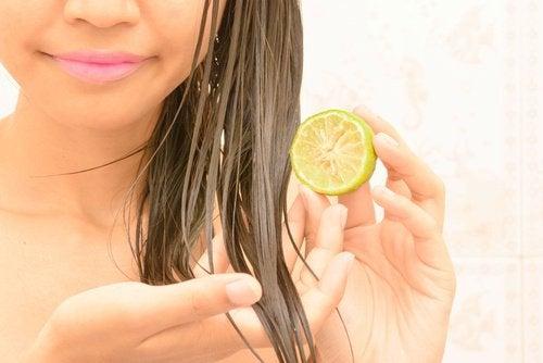 kobieta rozjaśnia włosy cytryną