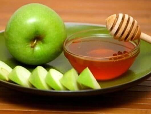 Jablka gotowe do zjedzenia z miodem