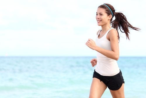 Biegnąca kobieta - endorfiny wyzwalaja szczęście